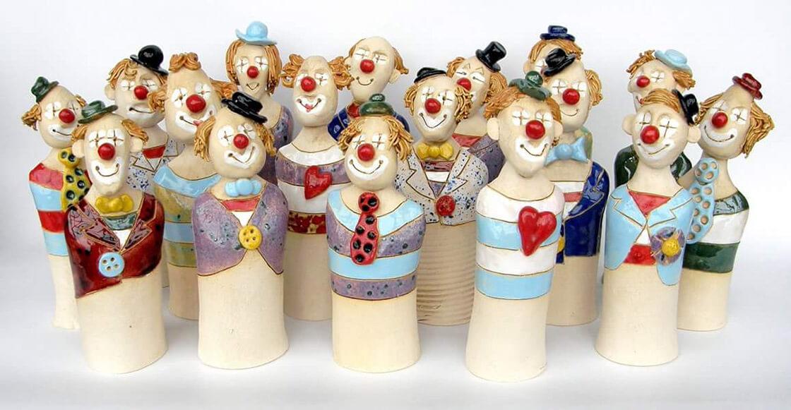 velká skupinka keramických klaunů z ateliéru Vlaďky Zborníkové
