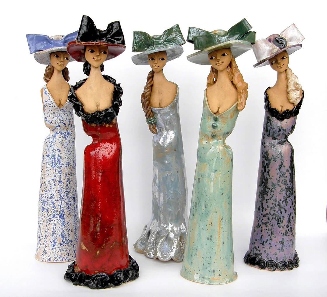 Pět různobarevných keramických dam s klobouky z ateliéru Vlaďky Zborníkové