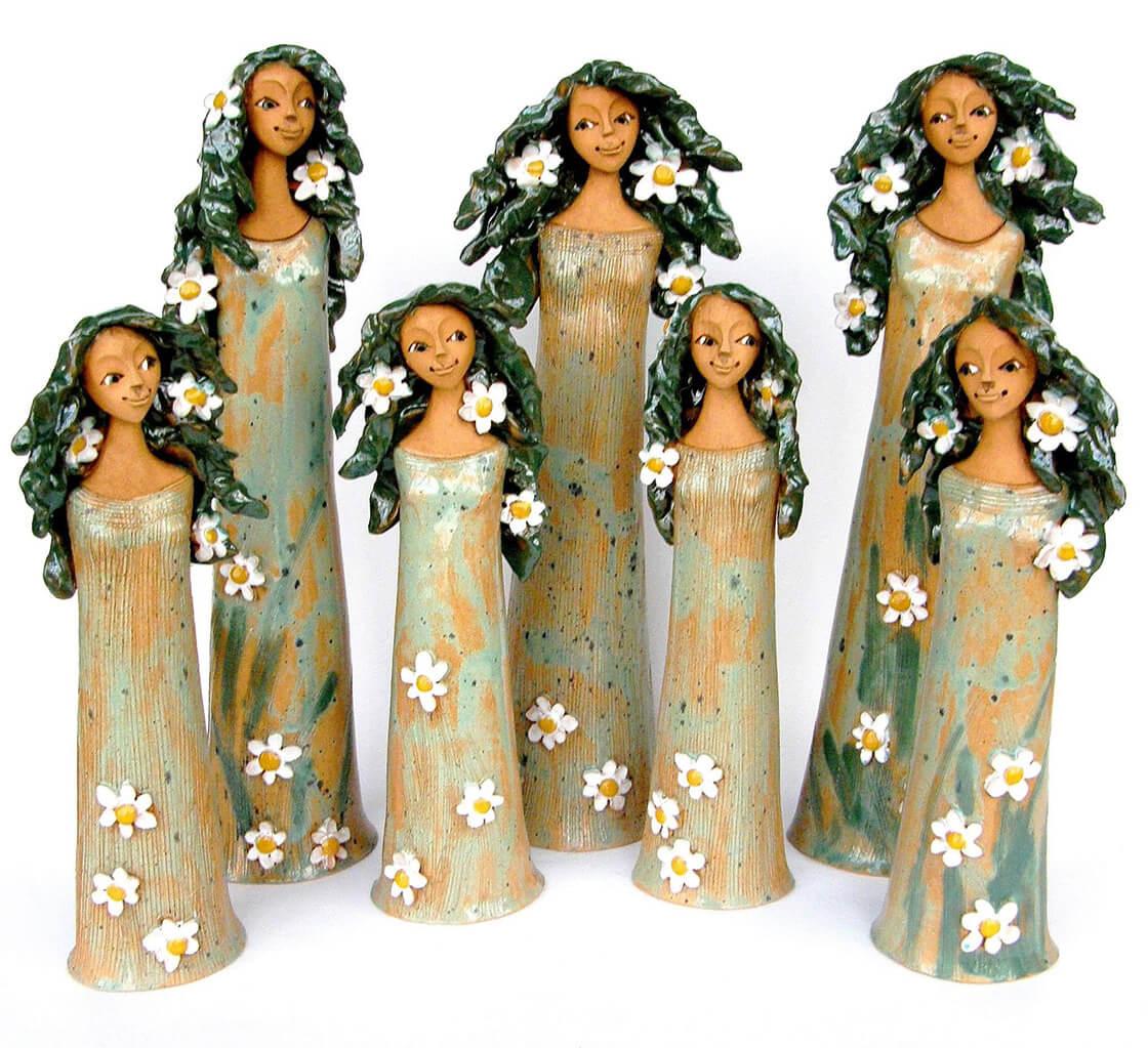 Malé a velké keramické víly laděné do zelena s květinami ve vlasech z ateliéru Vlaďky Zborníkové