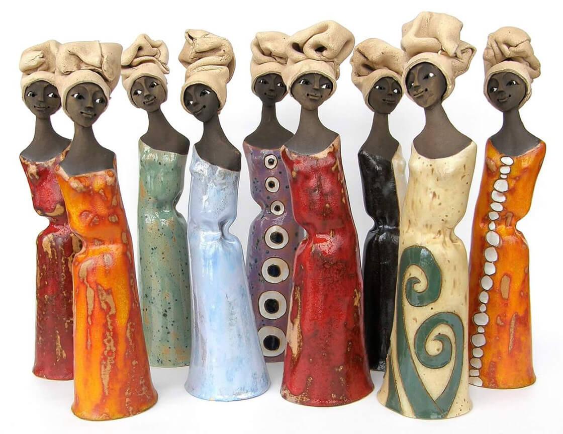 Skupina různobarevných keramických dam v africkém stylu z ateliéru Vlaďky Zborníkové