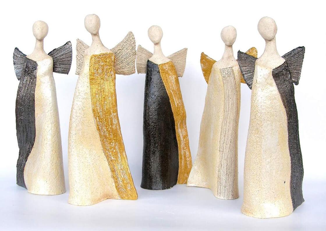 Skupina pěti minimalistických keramických andělů se zlatými, stříbrnými nebo černými detaily z ateliéru Vlaďky Zborníkové