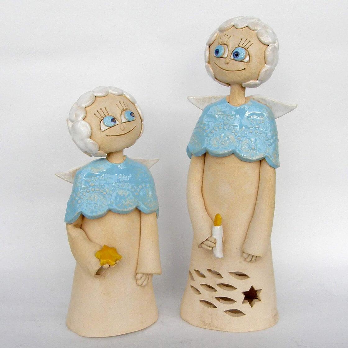 Dva usmívající se andělé z ateliéru Vlaďky Zborníkové. Malý s hvězdičkou v ruce a velký se svíčkou.