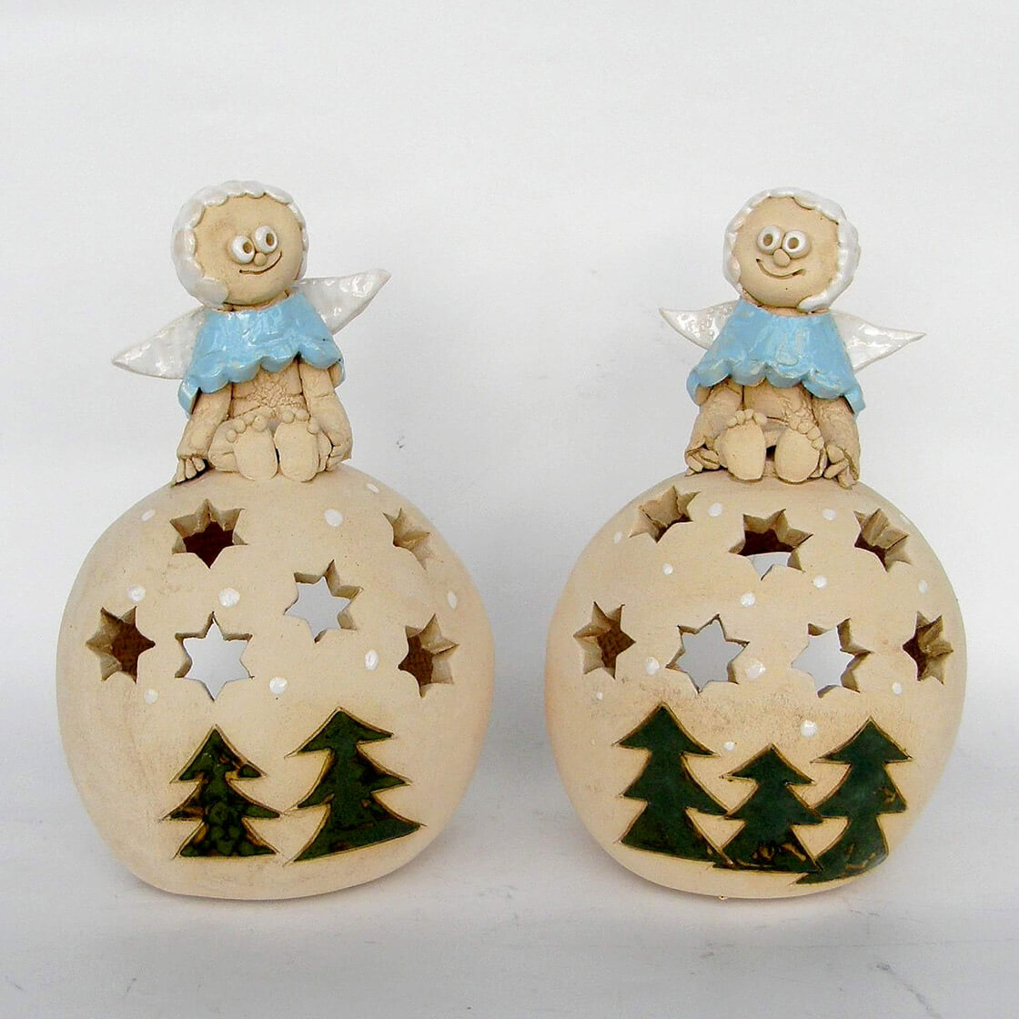 Dvě keramické adventní koule na čajovou svíčku s andílky na vrcholku z ateliéru Vlaďky Zborníkové