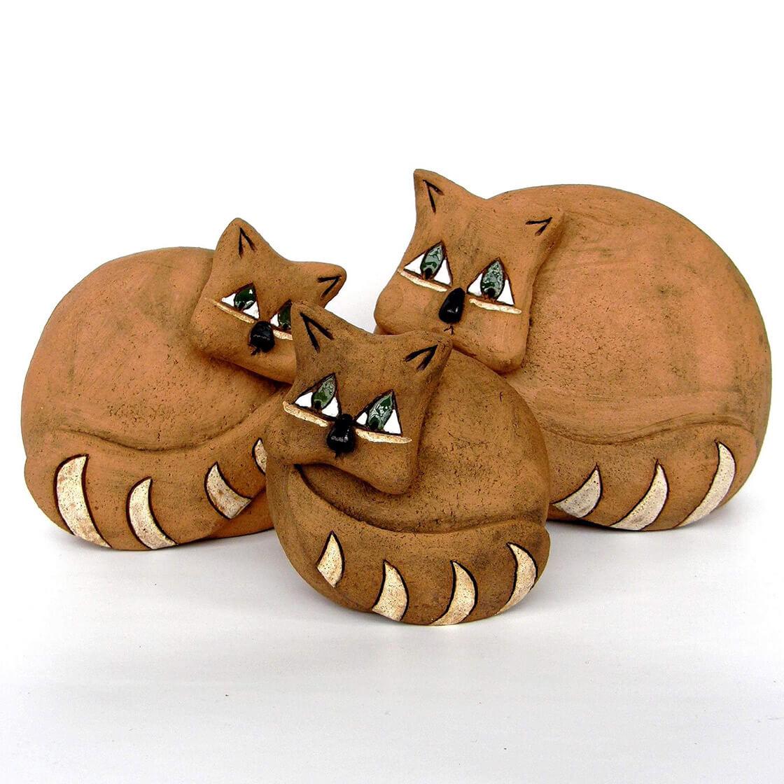 Tři různé keramické kočky stočené do klubíčka z atelieru Vlaďky Zborníkové
