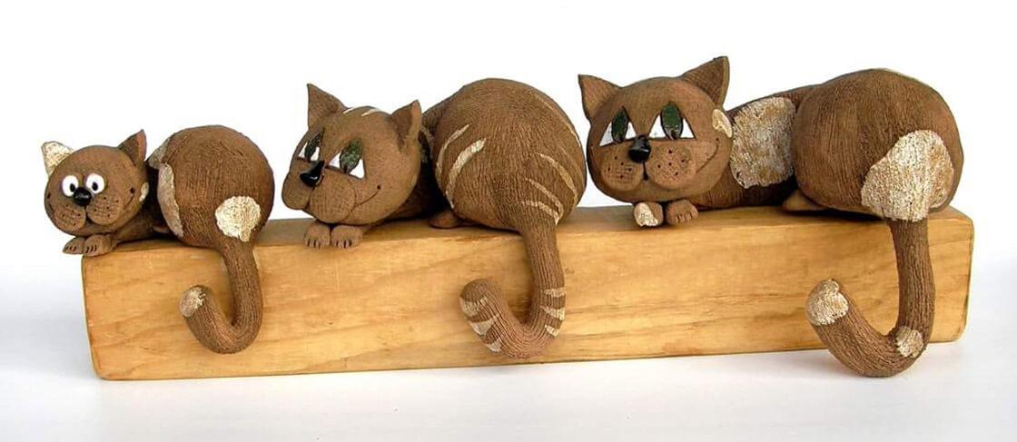 Tři různě velké, ležící, keramické kočky z ateliéru Vlaďky Zborníkové