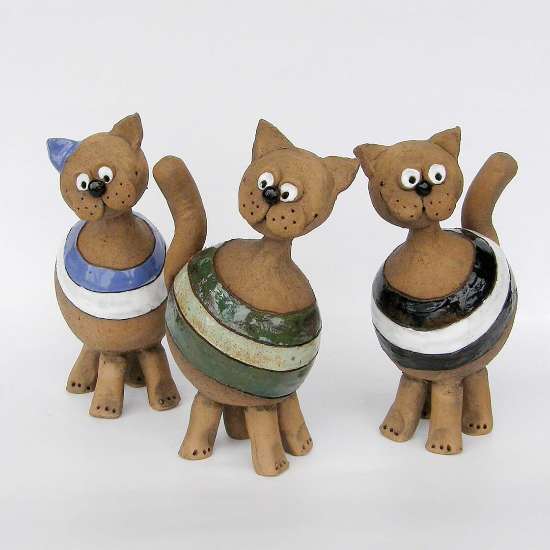 Skupina různobarevných keramických koček z ateliéru Vlaďky Zborníkové