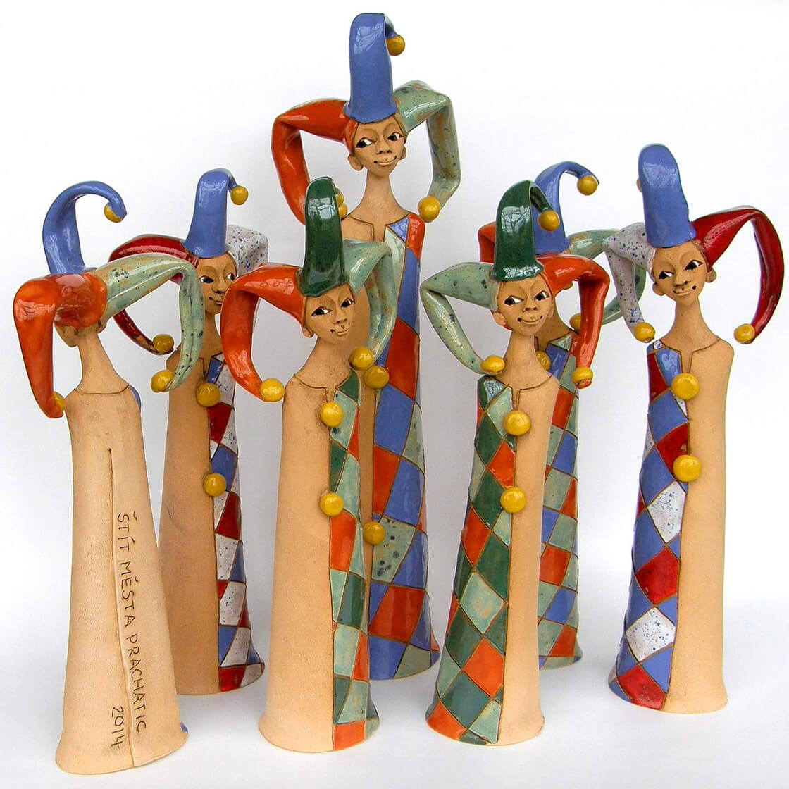 Barevní, různě velcí, keramičtí šašci z ateliéru Vlaďky Zborníkové