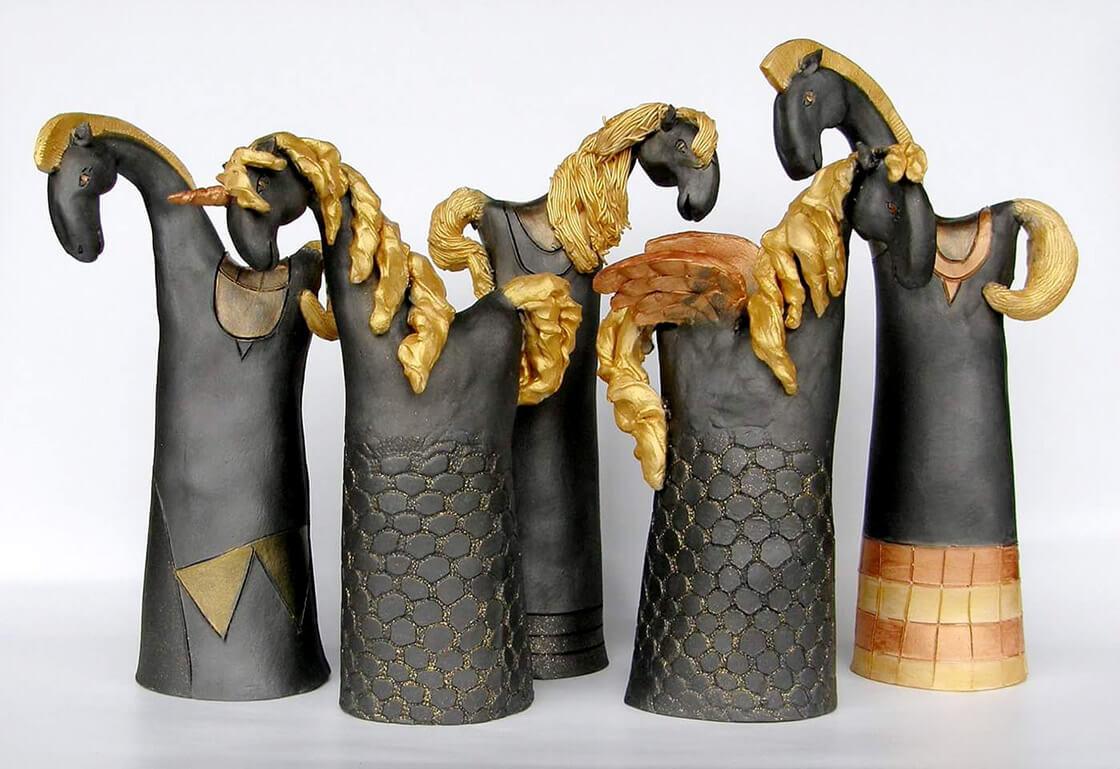 Pět různě velkých, šedozlatých, keramických koníků z ateliéru Vlaďky Zborníkové