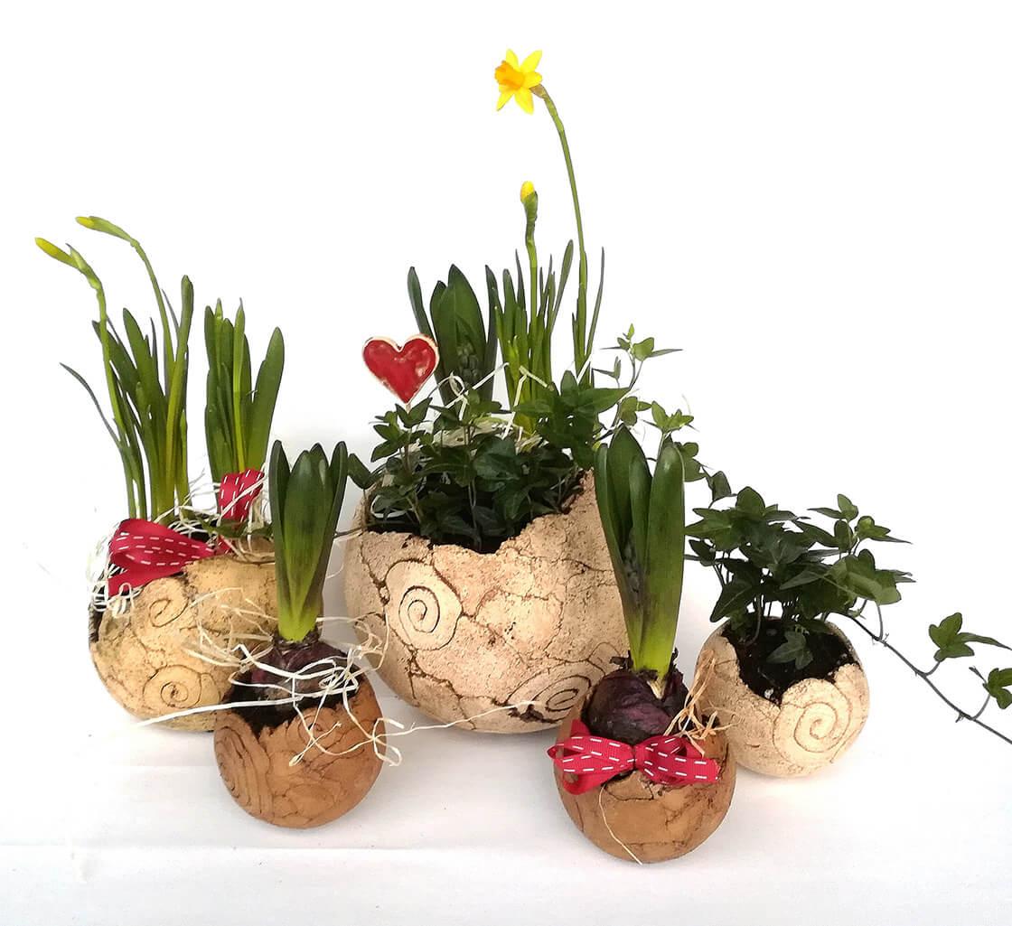 Různě velké, kulaté, keramické květináče z ateliéru Vlaďky Zborníkové