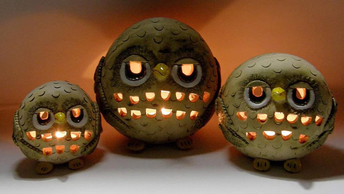Různě velké keramické sovy jako svícny na čajovou svíčku.