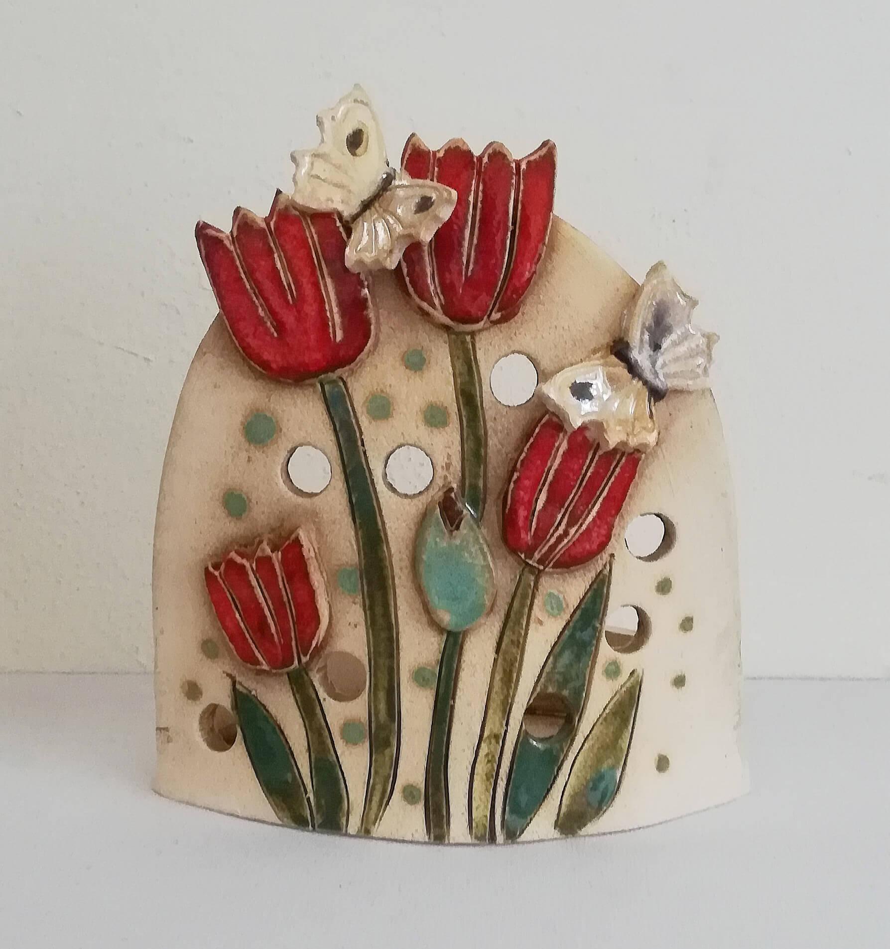 Keramický svícen s květinami a motýly na čajovou svíčku z ateliéru Vlaďky Zborníkové