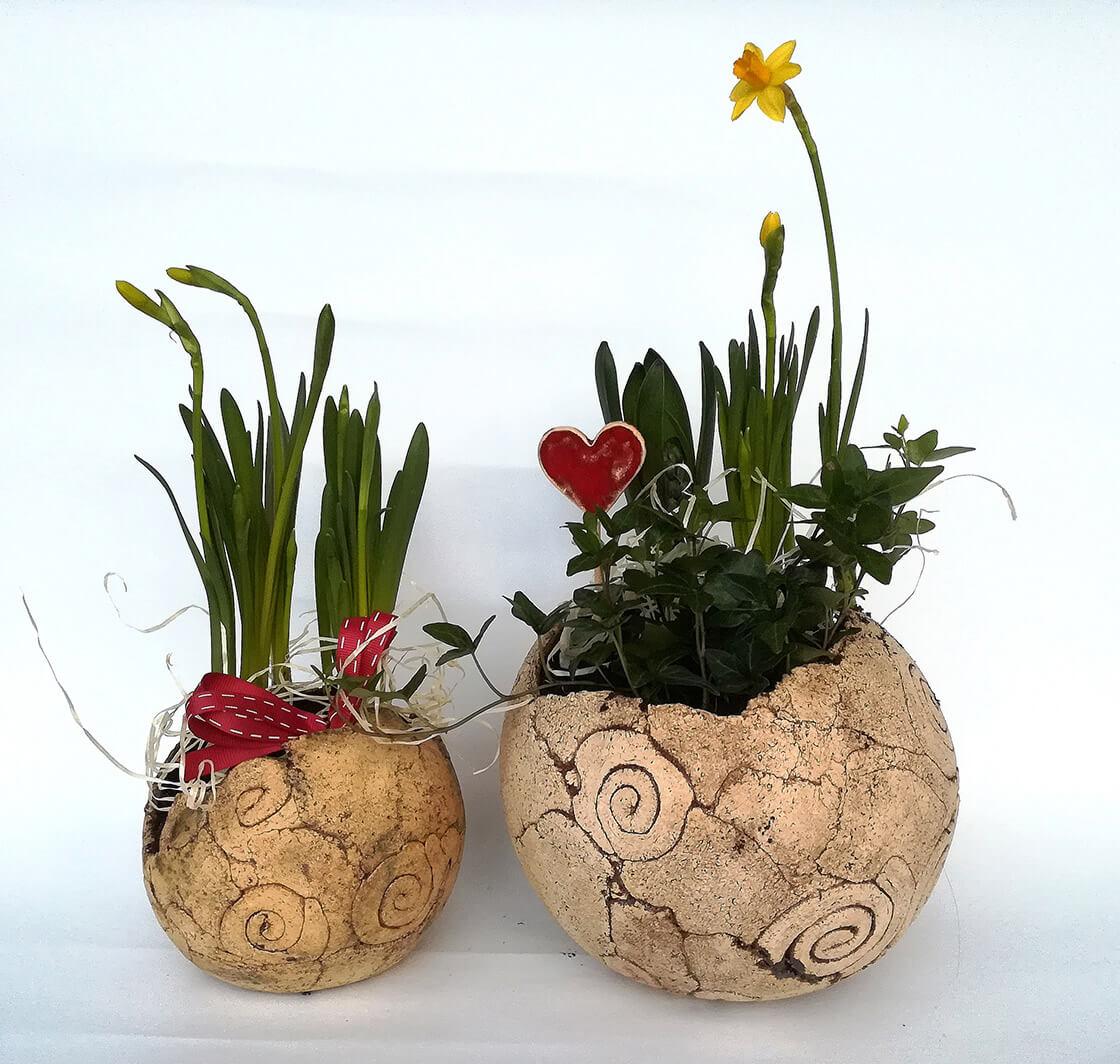Dva různě velké, kulaté, keramické květináče z ateliéru Vlaďky Zborníkové