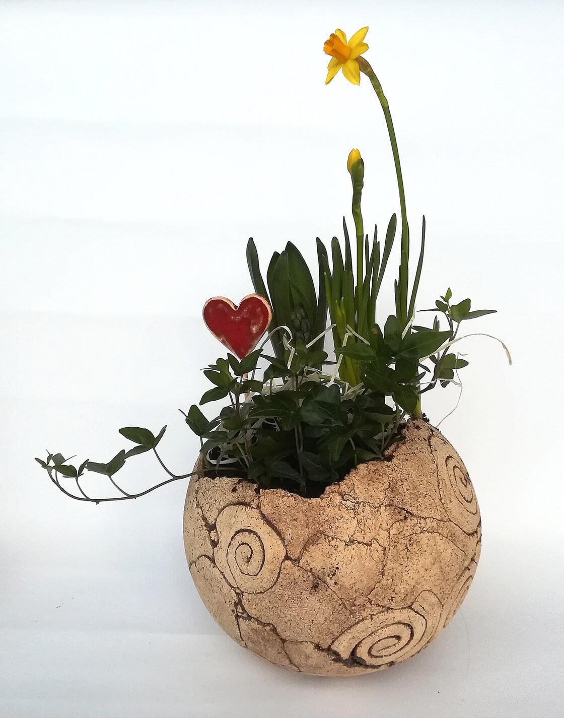 Kulatý, keramický květináč z ateliéru Vlaďky Zborníkové