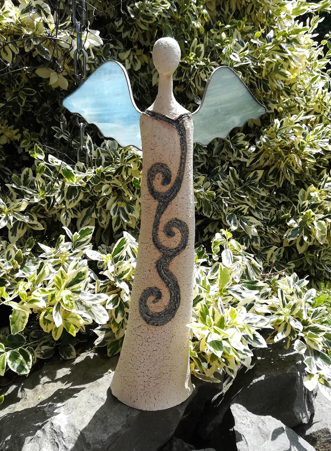 Keramický anděl se skleněnými křídly a s motivem spirál