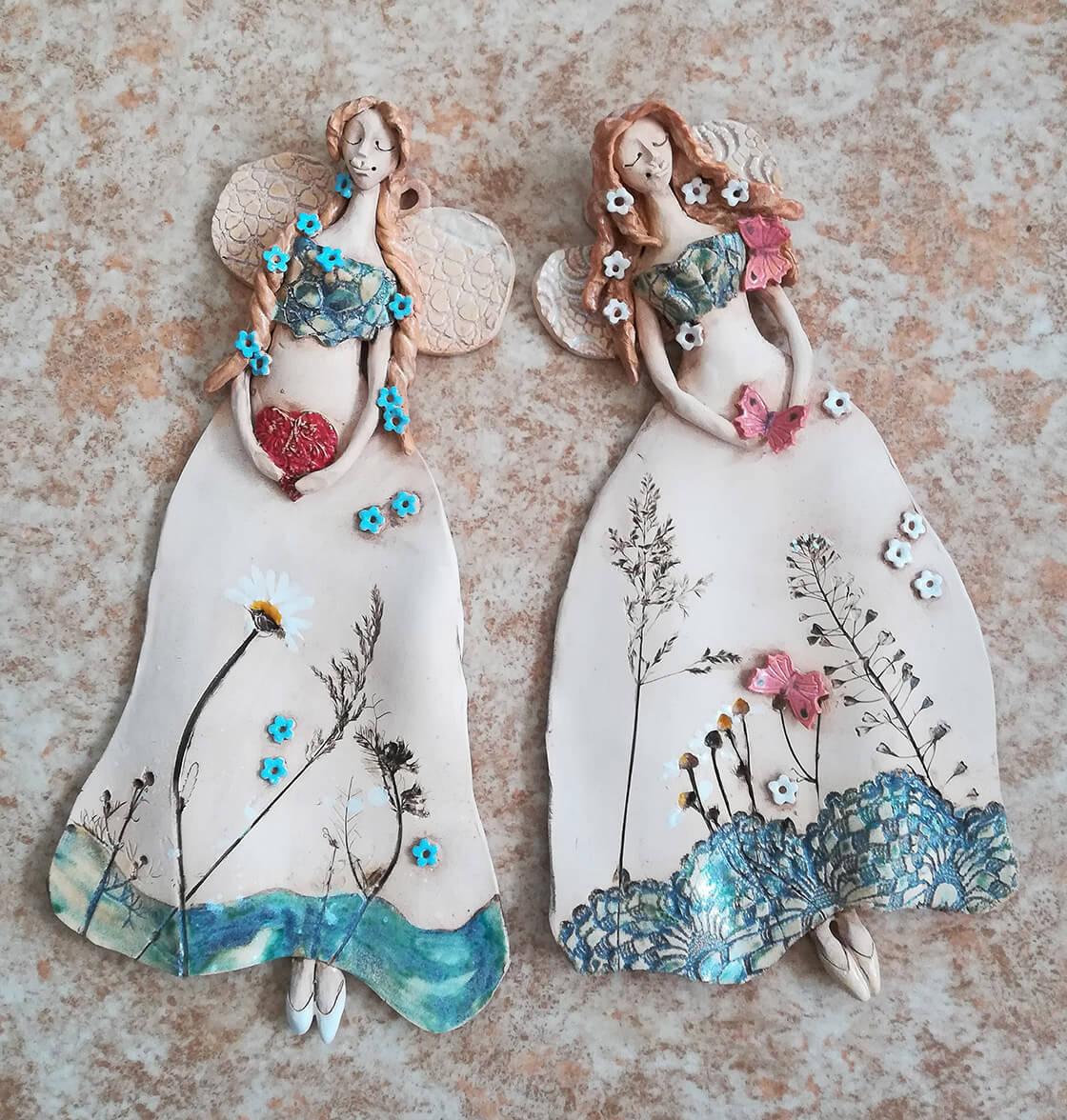 dvě vílenky s květinovým motivem na šatech na zavěšení na zeď