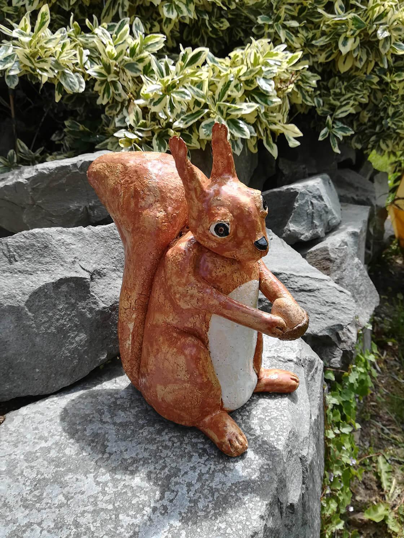 keramická veverka s oříškem celoglazovaná na kameni