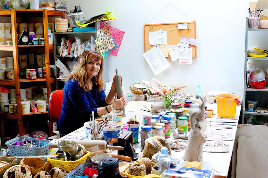 Vlaďka Zborníková při práci ve své keramické dílně