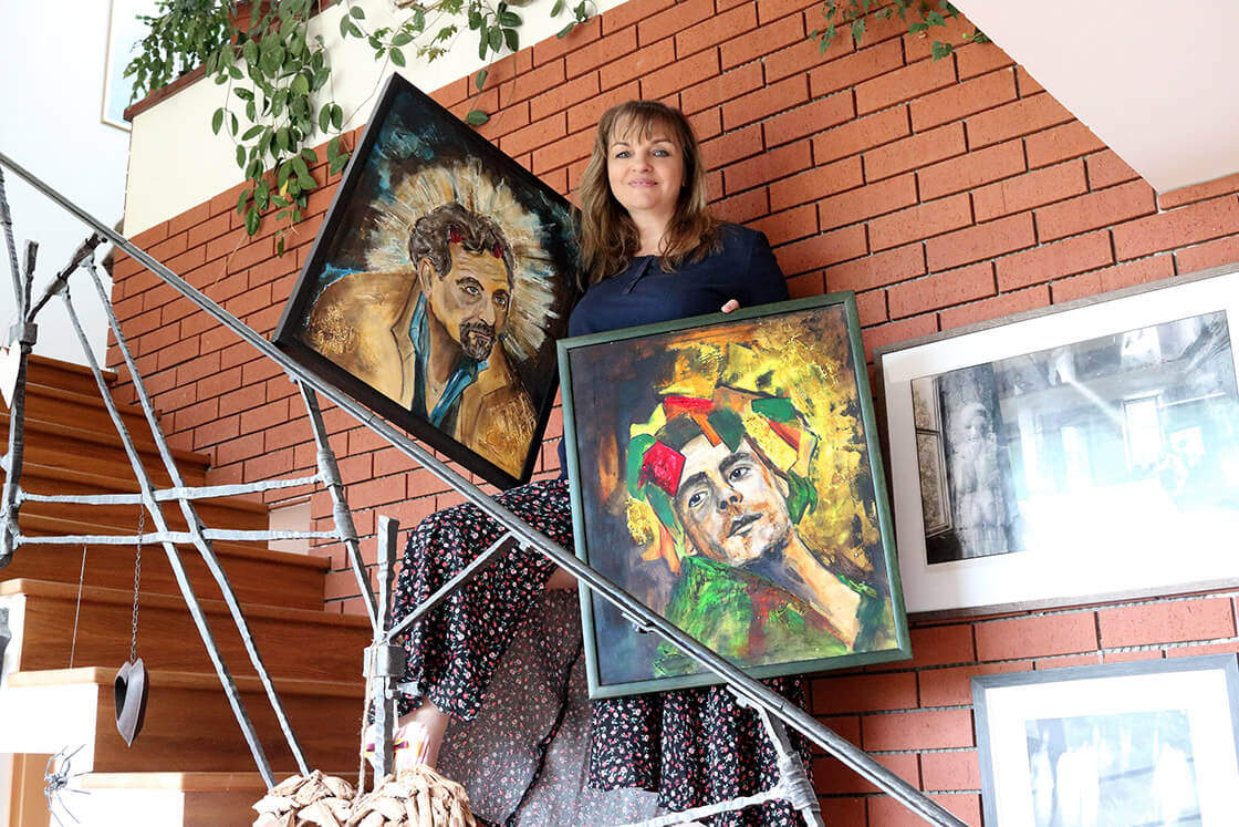 Vlaďka Zborníková a její vlastnoručně namalované dva obrazy