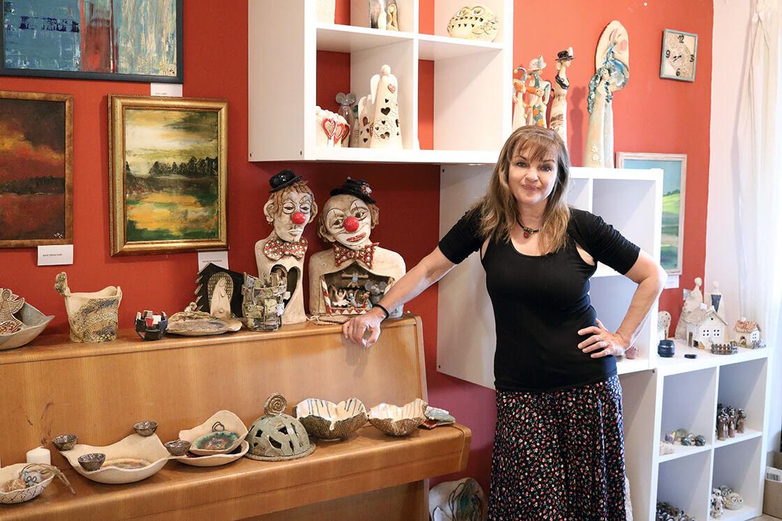 Vlaďka Zborníková mezi svými výrobky ve svém ateliéru