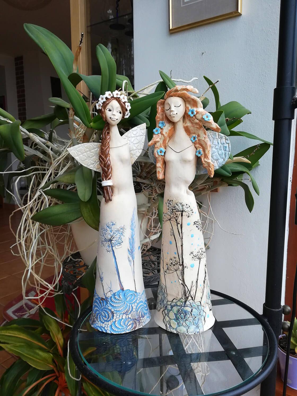 dvě keramické vílenky s květinovým motivem na šatech