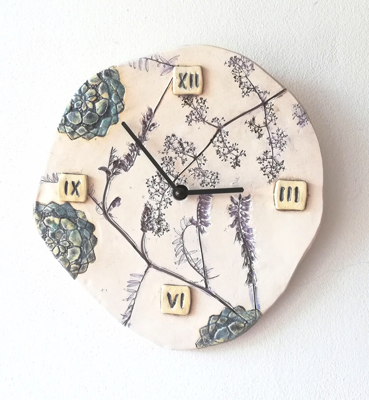 keramické hodiny s květinovým motivem
