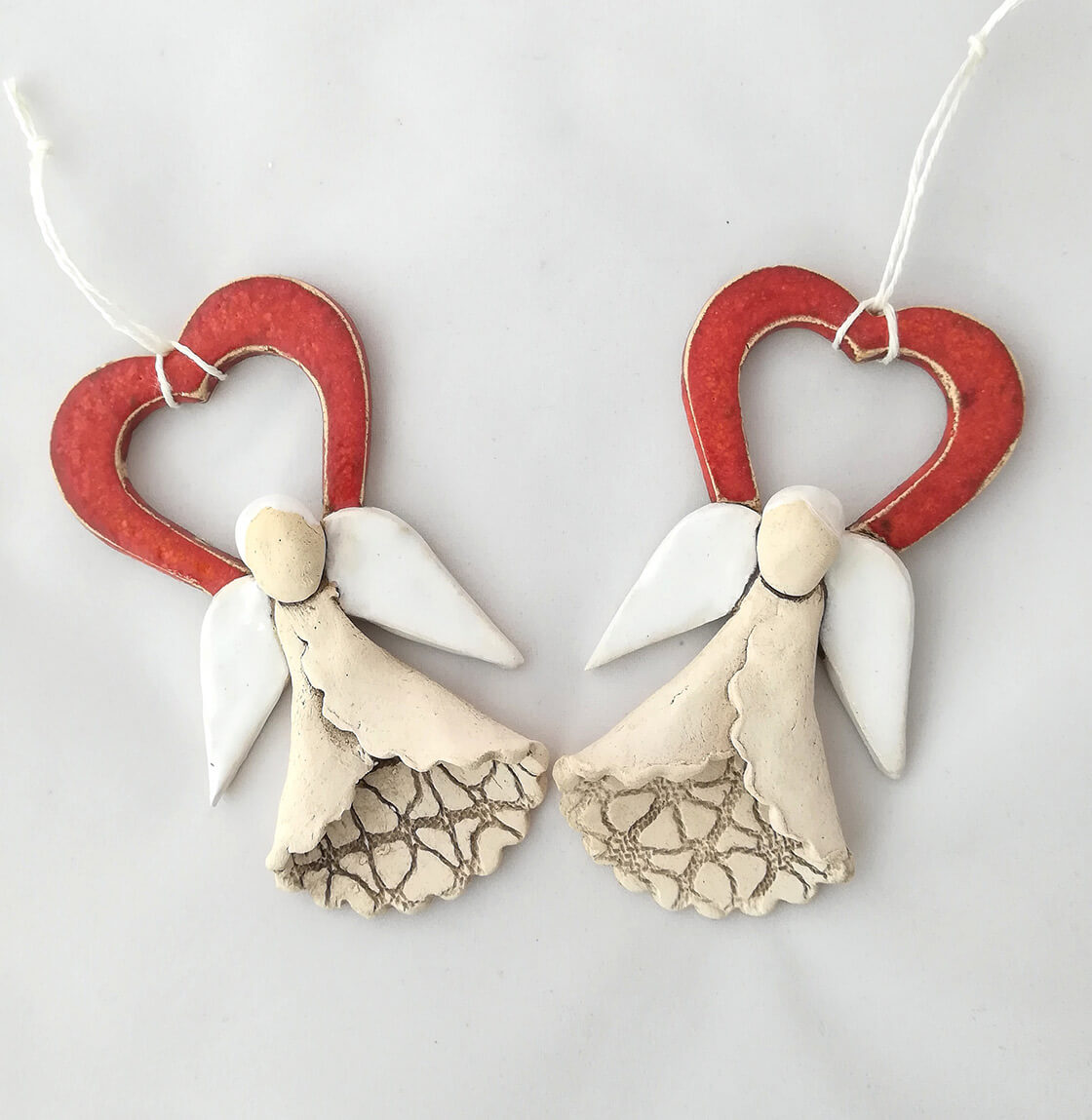 závěsný keramický anděl s červeným srdcem a bílými křídly cca 10 cm velký