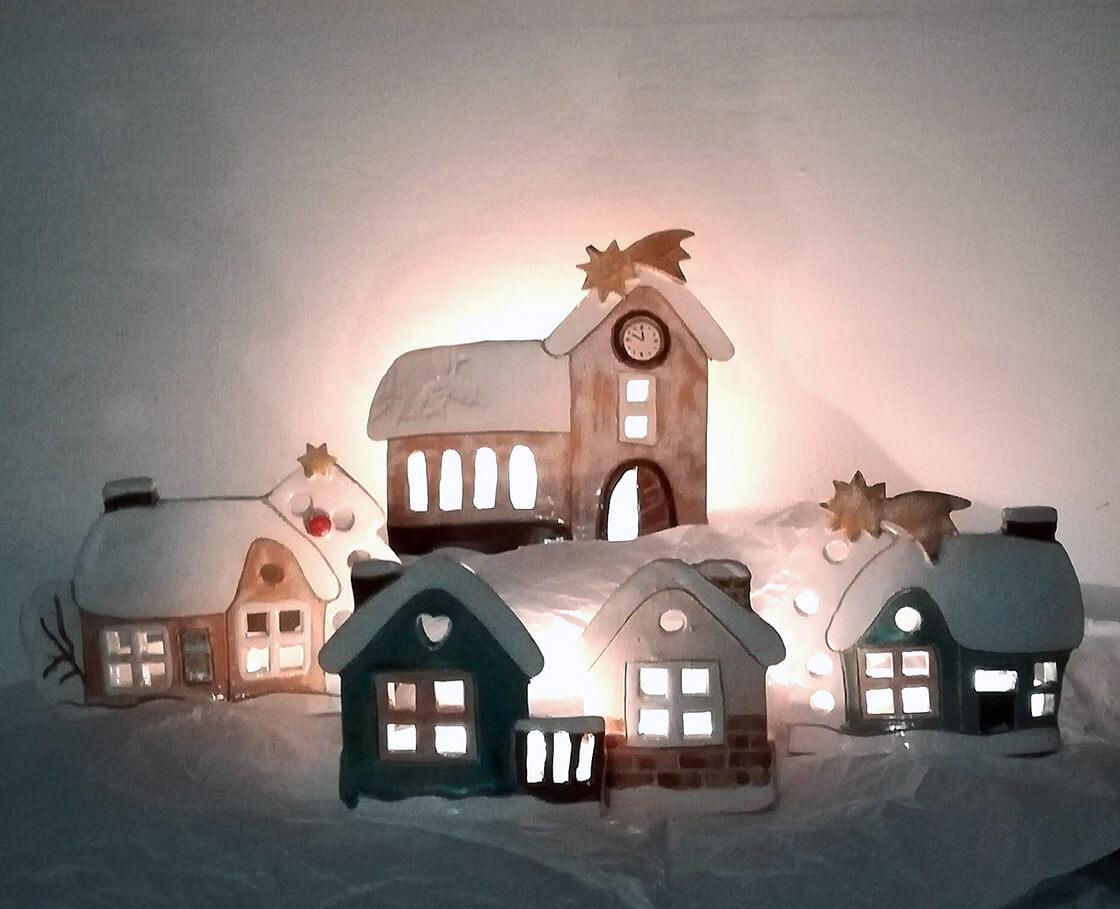 zasněžená vesnička, která se skládá z kostelíku a domků ve dvou velikostech, na svíčku, lze libovolně poskládat, fantazii se meze nekladou